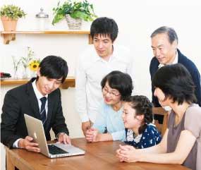 営業マンが、お客様にリフォームを提案する写真